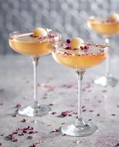 Lychee and rose mimosa Lychee Cocktail, Cocktail Drinks, Cocktail Recipes, Liquor Drinks, Wine Cocktails, New Years Cocktails, Christmas Cocktails, Cocktail Essentials, Cocktail