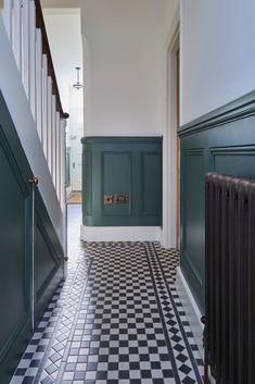 Dark green wood panelling in the hallway di purdom's bespoke furniture rurale legno effetto legno Hall Tiles, Tiled Hallway, Victorian Hallway, Victorian Townhouse, Black Hallway, Stair Paneling, Entrance Hall Decor, Narrow Hallway Decorating, Flur Design