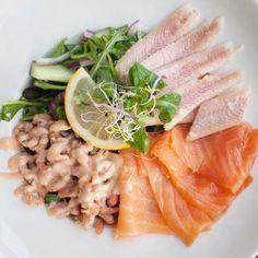 Deze salade met gerookte zalm, Hollandse garnalen en paling is er eentje voor echte lekkerbekken. Lekker met knapperig vers brood en roomboter.