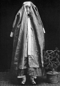 Dress of a Korean lady during the late Chosun dynasty (1392-1910). The shape of the headdress is identical to that of a man�s overcoat, called Doo-ru-ma-gi; yet the headdress has wider white tips often on a green ground. From Homer Hulbert�s The Passing of Korea, New York, 1906.