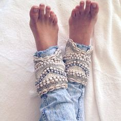 How to upgrade your old jeans: DIY jeans cuffs - hairstyle 2019 Mode Hippie, Bohemian Mode, Bohemian Style, Bohemian Jewelry, Punk Jewelry, Ethnic Jewelry, Body Jewelry, Bohemian Fashion, Modern Hippie Style