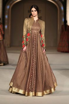 Lakme Fashion Week: Kareena Kapoor and Rohit Bal bring royalty to the ramp Rohit Bal, Pakistani Outfits, Indian Outfits, Indian Designer Outfits, Designer Dresses, Modest Dresses, Pretty Dresses, Indian Party Wear, Sari