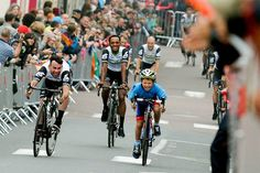 Mark Cavendish sprinte avec un jeune Normand - © ASO/G.Demouveaux   Toute reproduction, même partielle, sans autorisation, est strictement interdite. Qui sera le premier vainqueur d'étape français ?, Cavendish hérite du dossard 101, un total de 80 heures...