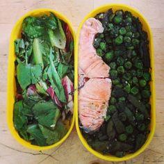 Бенто: салат, горошек, фасоль и форель