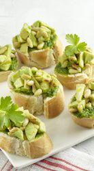 Crostini's met avocado en peterseliepesto