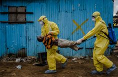 daniel berehulak – monrovia, liberia – september 2014 daniel berehulak's work for the new york times from liberia, gave us a window into a devastating ebola epidemic TIME magazine picks the most influential images of 2014 New York Times, Ny Times, Time Magazine, Apocalypse Now, Exposition Photo, Picture Editor, Pictures Of The Week, Expositions, West Africa