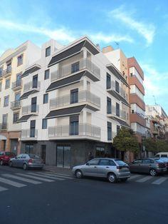Fachada del bloque de viviendas de León XIII, 70 Multi Story Building, Street View