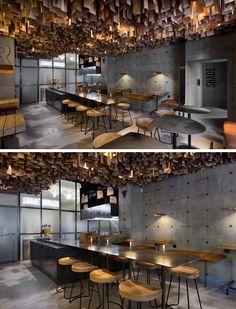 Este restaurante ucraniano tem um detalhe do teto artístico feito de centenas de folheados de madeira.