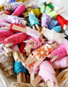 """Papercrafting Organization: Ribbon-Wrapped on Clothespins encore un """"truc"""" pour mon coin couture! Craft Organisation, Ribbon Organization, Ribbon Storage, Scrapbook Organization, Sewing Room Organization, Craft Room Storage, Craft Rooms, Coin Couture, Sewing Crafts"""