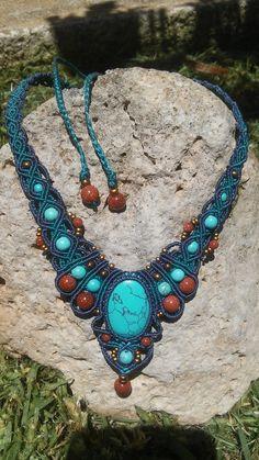 Collier en macramé, style boho, cabochon en turquoise, perle en turquoise naturelle et goldstone : Collier par elyss-craft