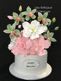 Baunilha com doce de leite e brigadeiro gourmet com flores de açúcar.  #aniversario #bolo #bolos #boloartistico #bolodecorado #bolosdecasamento #bolodecasamento #cake #cakes #cakes #cakeinstagram #cake #floresdeacucar #floresdeaçúcar #sugarflowers #decorefesta #insta #instabolo #instacake #instagram #instaflower #instaflores