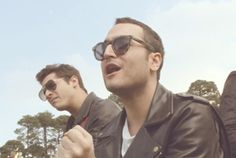Watch the music video for Reik's single Con La Cara En Alto with lyrics to sing along to. Spanish Music, Latin Music, Spanish Class, Greatest Songs, Music Videos, Singing, Goodies, Students, Mens Sunglasses