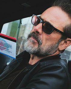 Jeffrey Dean Morgan I swear him and my husband could pass as brothers Hilarie Burton, Jeffrey Dean Morgan, Team Negan, John Winchester, Good Wife, Daryl Dixon, Man Crush, Gorgeous Men, Beautiful People