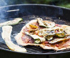 Paista rapea kasvispizza grillissä Vegetable Pizza, Vegetables, Food, Veggies, Vegetable Recipes, Meals, Yemek, Veggie Pizza, Eten