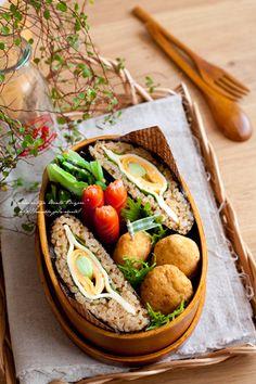 流行りの。。。!おにぎらず弁当♪|あ~るママオフィシャルブログ「毎日がお弁当日和♪」Powered by Ameba  Witte rijst + gedroogde bonito + sojasaus (180g + 5g + 1 eetlepel) Plakje kaas (2 vellen) · Shiso (2 vellen) · Omelet (ei 1+ Edamame + een beetje zout + mirin 1 theelepel) · Gegrild zeewier (een heel vel)