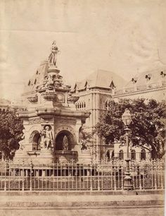 Flora Fountain in 1880's.Completed in 1864,it was built in imported Portland stone (nw defaced with white oil paint) pic.twitter.com/0FLwBCeuIN
