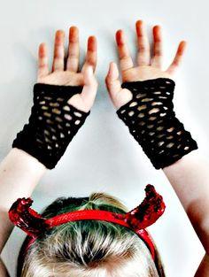 kungen & majkis: Glad halloween. Och virkade näthandskar/ handledsvärmare. Med mönster.