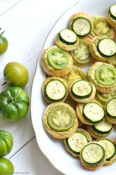 Grüne Tomaten Blätterteig Kreise mit einem Feta Schmand Dip