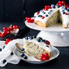 Schwedischer Beerenkuchen mit Mohn