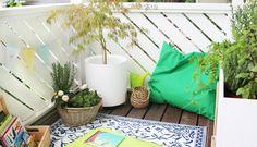 DIY: Dani von Gingered Things zeigt euch wie ihr mit Outdoorteppich, Kräutern und einem Pflanzständer einen gemütlichen Balkon zaubern könnt. Hier lang.