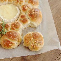 Wie wäre es mit Ofenkäse eingebacken in einer Kräuterbrötchensonne? Rezept ist seit gestern auf'm Blog.  #blogpost #brötchensonne #cheese #camembert #bread #baking #instabaking #brot #instafood #foodlover #foodblogger #foodie #brötchen #lecker #partyfood #partysnack