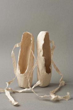 SUSAN CUTTS Arbs PAPER SCULPTURE - paper ballet slippers - Sur La Pointe Paper Shoes, Art Shoes, Paper Clothes, Shoe Art, Sculptures Papier, Paper Mache Sculpture, Sculpture Art, Toe Shoes Ballet, Pointe Shoes
