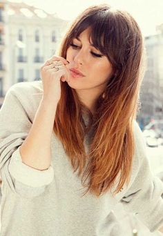 There are many different hairstyles with bangs that look young at first sight … - Lange Haare Ideen Hairstyles With Bangs, Pretty Hairstyles, Hairstyles 2018, Trending Hairstyles, Easy Hairstyles, Long Haircuts, Updo Hairstyle, Long Hairstyles With Fringe, Fringes For Long Hair
