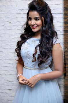 Tamil, Telugu and Malayalam Actress Anupama Parameswaran at Vunnadi Okate Zindagi Movie Pre Release Function Pictures Gallery Picture 1539922 Hairstyles For Gowns, Indian Hairstyles, Bride Hairstyles, Beautiful Girl Indian, Most Beautiful Indian Actress, Beautiful Girl Image, Beautiful Images, Stylish Girl Images, Stylish Girl Pic