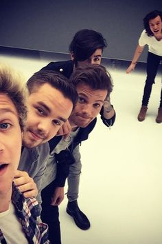 Niall Horan posted a new One Direction selfie pic, with Harry Styles, Louis Tomlinson, Zayn Malik and Liam Payne all in the photo! One Direction Harry Styles, One Direction Selfie, Banda One Direction, Four One Direction, One Direction Wallpaper, One Direction Pictures, Harry Styles Selfie, One Direction Background, Direction Quotes