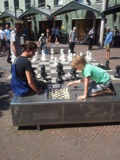 Net als op het Max Eeuwenplein in Amsterdam hebben ze een grote schaakbord, zodat mensen samen kunnen spelen.