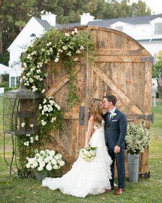 Portes de grange en bois pour un décor de cérémonie laïque