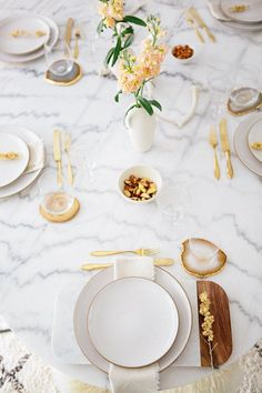 Cool white marble table, highlighted by gold flatware and agaat decor.