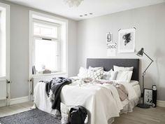 Scandinavische slaapkamer, natuurlijke kleuren, metalen mand en stoere posters. #slaapkamer #scandinavisch #bedroom #scandinavian