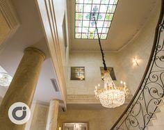 Gran escalera que preside la zona central de este chalet con grandiosa lámpara de cristal colgada de espectacular vidriera de colores. http://www.gilmar.es/FichaUnifamiliar.aspx?id=81665&moneda=e