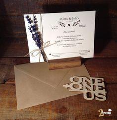 Nos encontramos de nuevo con este diseño de invitación de boda, trabajada con un ramillete de lavanda atada a la tarjeta por medio de una cuerda.