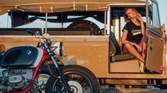 - Een BMW Café Racer, een klassieke Land Rover en prachtige dame - Manify.nl