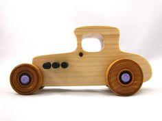 Este es el juguete de madera hecho a mano 1927 Ford 27 T Coupe. El cuerpo está construido de madera de pino macizo. Las ruedas. pernos de escape y el eje están hechos de madera de abedul. Este juguete de madera es construido para el juego. Es diseñado y construido para rodar bien en
