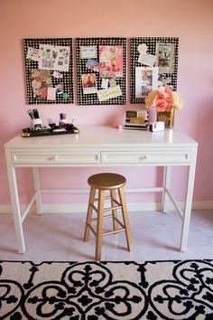 Para quem ama-adora-é-louca por Arts & Crafts, nada mal ver uma decoração de Ateliê, né? Esta blogueira americana fez um espaço lindo p...