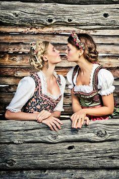 Dirndl und der perfekte Oktoberfest Look von Designerin Lena Hoschek! Noch mehr Styling-Ideen für die Wiesn gibt's auf http://www.gofeminin.de/mode-beauty/album1079877/oktoberfest-frisuren-0.html