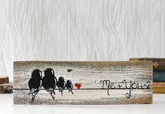 Vogel-Familie Holzschild-Familie von vier 4 5. Jahrestag Geschenk rustikale Holz Zeichen zurückgefordert Holz Kunst Liebe Vogel Malerei Vogel auf einem Draht-Kunst-Holz-Wand-Dekor Diese einfache, rustikale Malerei eine Familie der Vögel auf einem Draht würde ein wunderbares