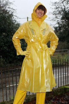 d036c1bbe Frau in wunderschönen gelben Regensachen eingepackt. Carl Ström · Woman in  rainwear