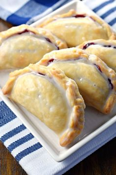 it takes is 30 minutes to prepare these Blueberry Lemon Hand Pies with their flaky crust and citrus glaze!All it takes is 30 minutes to prepare these Blueberry Lemon Hand Pies with their flaky crust and citrus glaze! Pastry Recipes, Baking Recipes, Puff Pastry Desserts, Pie Dessert, Dessert Recipes, Delicious Desserts, Yummy Food, Fried Pies, Shugary Sweets