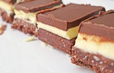 Prajitura Nanaimo se face foarte usor, are un blat crocant si o crema aromata, ambele acoperite de o glazura delicioasa de ciocolata.