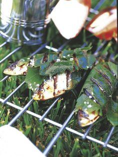 Cómo evitar el olor de las sardinas. Se puede evitar el olor de las sardinas sumergiéndolas en leche 1/2 hora antes y rebozándolas en un poco de harina; calentando una sartén con un poco de sal 10 minutos antes de hacerlas o con trozos recién cortados de cáscara de naranja mientras se asan o ponerlas con un poquito de aceite y sal envueltas en hojas de laurel o papel de aluminio.