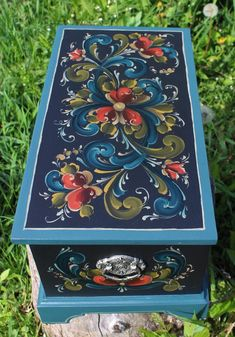 Tole Decorative Paintings, Tole Painting, Painting On Wood, Diy Crafts For Gifts, Handmade Crafts, Pintura Tole, Rosemaling Pattern, Hand Painted Furniture, Painted Chairs