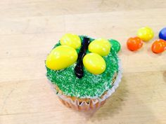 Kids, bugs and…cupcakes? Now that spring has finally come, bugs and creatures of all kinds are surfacing to enjoy the sun. Best Dessert Recipes, Cupcake Recipes, Dessert Ideas, Easy Desserts, Delicious Desserts, Yummy Food, Bug Cupcakes, Yummy Cupcakes, Birthday Party Desserts