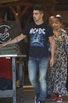 Joe Jonas wearing Vans Old Skool Suede Sneaker, Vintage AC/DC Hellbreaker T-Shirt Joe Jonas, Suede Sneakers, Famous Brands, Vintage Tees, Latest Fashion, Celebrity Style, Dj, Ac Dc, Celebrities