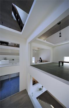 Tokyo-based studio, Hiroyuki Shinozaki Architects, have designed House T, with unique interior design that allows each floor level to seem like a floating stage. Located in Tokyo, Japan . Cabinet D Architecture, Interior Architecture, Interior And Exterior, Interior Design, Japanese Architecture, Contemporary Architecture, Tokyo Architecture, House Without Walls, Design Japonais