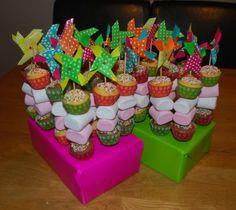 Superleuke traktatie met windvlaggetjes. Dit is met meer varianten mogelijk Baking Cupcakes, Mini Cupcakes, Kids Birthday Treats, School Cupcakes, Edible Crafts, School Treats, Food Humor, Party Snacks, Creative Food