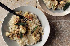 Dit is misschien wel de lekkerste risotto die je dit najaar maakt. risotto met taleggio, bloemkool en hazelnotenpagrattato hoofdgerecht   4-6 personen 100 g boter 60 ml olijfolie 1⁄2 bloemkool, in roosjes 11⁄2 l kippen- ofgroentebouillon 1 prei, alleen het witte deel,fijngesneden 1 ui, fijngesneden 2 tenen knoflook, fijngehakt 400 g carnarolirijst* 250 ml … (Lees verder…)